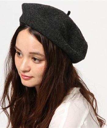 ゆるふわなロングヘアのダウンスタイルに浅めにベレー帽をかぶるとちょっぴりキュートな雰囲気に。