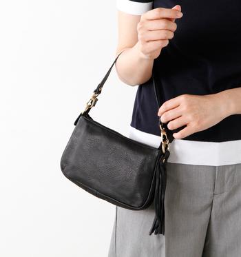 """Ampersand(アンパサンド)は、英語の""""&""""の同義語で、人と人を結ぶときに使われる言葉です。革素材の魅力を活かしながら、ファッション性と機能性をうまく融合させ、使いやすさと作りの確かさに定評のあるブランドです。 そのAmpersandが手がける、小ぶりなサイズで歩くたびにフリンジが揺れるのが素敵なポーチ。 牛革のこのアイテムは使えば使うほど深い味が出て、だんだん自分に馴染んできます。"""
