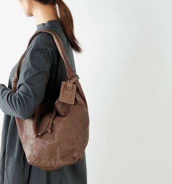 真新しいレザーにはない、ヴィンテージ感が大人の女性のこなれた装いにしてくれるショルダーバッグです。カウレザーのくったりとした表情は柔らかで、使うたびにしっとりと身体に馴染んで持ちやすい形状に変化していきます。 大きめのステッチがバッグにデザインされ、温もり感のある優しい仕上がりになっています。