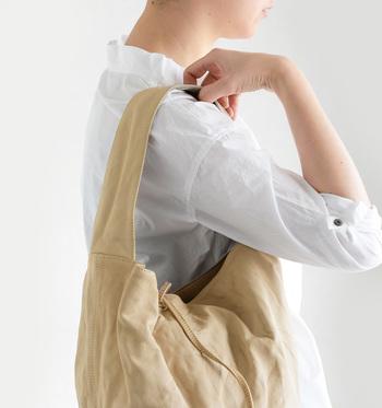 このバッグは、レザーアルチザンと呼ぶに相応しいデザイナー小池淳司氏が熟練の技術を持つ職人達とともに作り出すブランドCHRISTIAN PEAU(クリスチャン ポー)のもの。 2002年に設立され、神戸を拠点に世界中で展開されているレザーブランドです。 1800年代のヨーロッパ職人から影響を受けたものづくりは、どこかクラシカルでアバンギャルド。使い込む程に風合いを増す上質なレザー、手染めによる独特の色合いがアンティーク品の風格を醸しだすコレクションです。