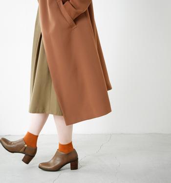 """mio notis(ミオノティス)は、""""今の気分を程よく取り入れ、ファッションを楽しむ女性へ向けた日常で使える靴"""" がテーマのブランド。 ベーシックなデザインに、色や素材でトレンドを反映させたデザインを提案しています。mionotis とはスペイン語とギリシャ語を組み合わせた造語で""""忘れな草""""を意味し、そこには「(お出かけの時に)私を忘れないで」というメッセージが込められています。 そのmio notisのマットな質感のレザーが上品なブーティ。"""