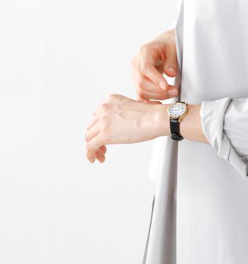 直径約2.6cmのラウンドケースでやや小振りな、女性らしさを感じさせるサイズ感に、縁取りのゴールドが上品に光るデザインです。インデックスは、ローマンでクラシカルな雰囲気を演出し、細身の針はエレガント感をプラスしています。 細めのレザーベルトは、マットな艶感で女性の手元を美しく見せ嫌味なく上品にきまります。肌触りもよく着け心地も抜群です。電池交換不要のソーラー時計なので、実用性も高いアイテムです。