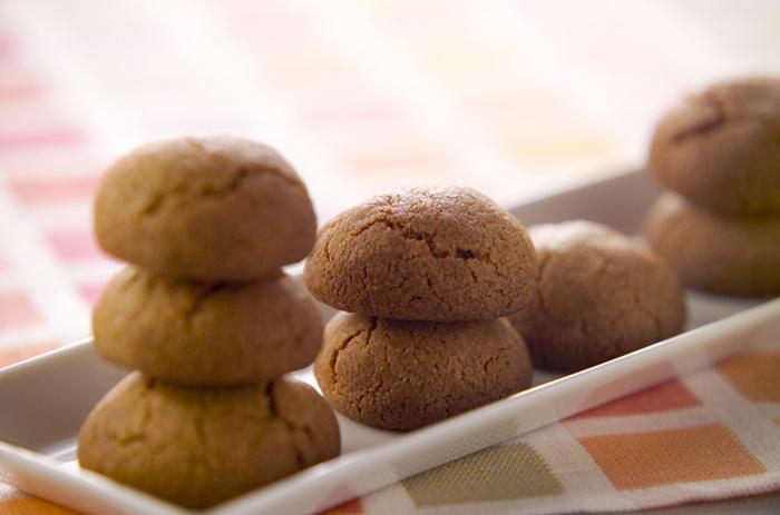 「クッキー」はお菓子レシピでも人気のレシピです。さらにきなこを合わせるとコクがあって優しい甘さになるんですよ。  作り方はバターと砂糖ときなこをボウルに合わせて、上から薄力粉をふるって混ぜ合わせます。そして丸くしてオーブンで焼き上げたら完成です。サクッとした食感と一緒にきなこが合わさった優しい味わいを楽しめます。