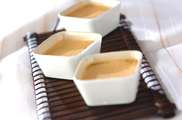 プリンは甘くてコクがあって、口に入れると幸せが広がっていきますよね。さらに、きなこを加えることでよりクリーミーな味わいになるんですよ。  ボウルに卵黄と砂糖と振るったきなこ、さらに温めておいた生クリームと牛乳を合わせます。それをオーブンで焼いて冷蔵庫で冷やして置いたら完成です。ティータイムにいかがですか?