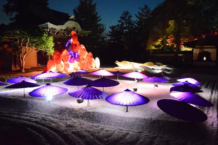 本堂前の前に広がる白砂の波心庭では、和傘とライトアップが織りなすモダンアートを楽しむことができます。