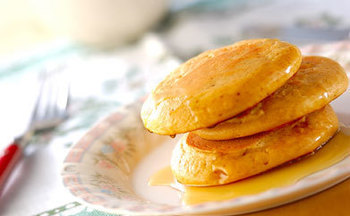 みんな大好きな「ホットケーキ」♪きな粉とも相性バッチリです。  作り方はボウルに振るっておいた小麦粉ときな粉にベーキングパウダー、塩と砂糖を加えます。  さらに卵と豆乳を混ぜ合わせたのもボウルに入れて泡立て器で混ぜ合わせたら油を敷いたフライパンで両面を焼き上げて、お好みでハチミツやシロップをかけて完成です。みんなが笑顔になること間違いなしのレシピですよ。