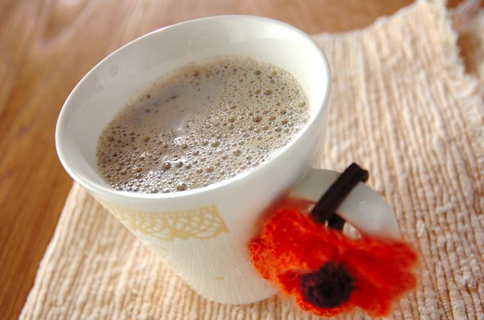 きなことミルクが合わさるとコクのある旨味が出て相性がとてもいいんです。さらに黒糖を合わせると自然の甘みが加わってもっと優しい味わいになるんですよ。  作り方は簡単でカップに沸騰させた牛乳を入れたら、きな粉と黒砂糖を混ぜて完成です。ホッとひといきつきたい時に嬉しいドリンクですね。