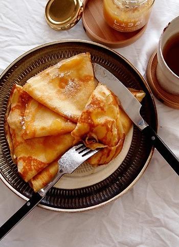 和風のクレープを作るなら、きな粉を使わない手はありません♪  まずはボウルにふるった薄力粉ときな粉を入れて、さらに砂糖と溶き卵を加えて泡立て器で混ぜ合わせていきます。この時に少しずつ豆乳も合わせて混ぜていきます。  そしてバターをフライパンに塗り材料を流し込んで両面を焼き上げて完成です。きな粉は洋風のレシピにも合うんですよ。