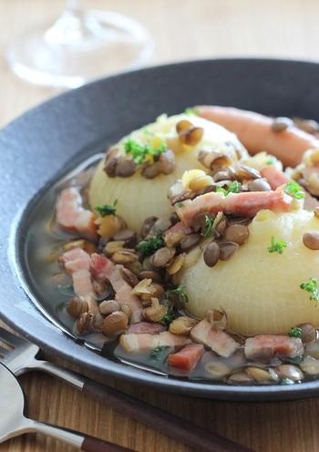 玉ねぎを丸ごと煮込むだけで、トロトロに。まとめて作っておくと、朝ごはんにも活躍しそうなレシピです。