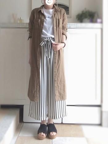 白Tシャツにストライプのワイドパンツというさわやかな夏コーデもブラウンのシャツワンピースを羽織ると雰囲気がガラリと変わりますね。ロング丈の羽織りは今年の秋も流行る予感。