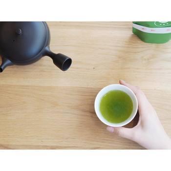 すすむ湯呑みの美しい生成りの白は煎茶を入れることでぐっと引き立ちますね。