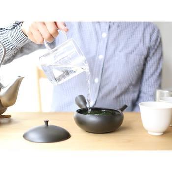 こちらは計量湯冷まし。すすむ湯呑み、すすむマグカップ専用の目盛りがついています。もちろん、普通の計量カップとしても使えるので、ドレッシングを混ぜたりするのにも使えますよ。