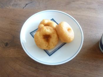 錦市場で販売されている一口ドーナツ。普通、カロリーの高いドーナツは間食で嫌がられがちです。ですがこのドーナツは豆乳を使っており、ヘルシーで食べやすくなっています。