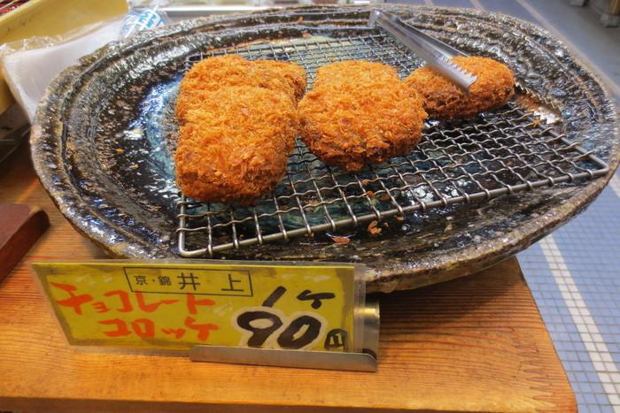 「京都錦市場」の中に店舗を構える佃煮店で売られているコロッケが話題となっています。 チョコレートとコロッケという一見ミスマッチな組み合わせが注目を浴び、錦市場に訪れたら一度は食べてみたいグルメです。