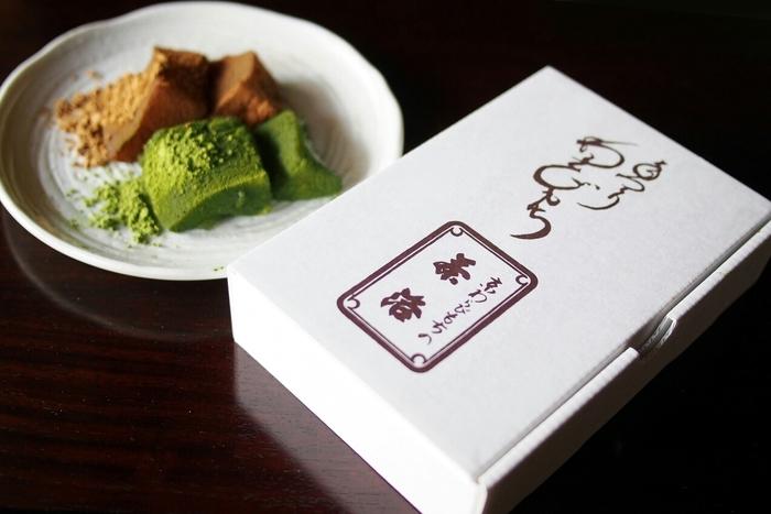 立ち寄りにも、お土産としてもおすすめなのは「茶洛」のわらび餅。こちらでは抹茶、生姜、ニッキの三種類のわらび餅が楽しめます。口に入れた瞬間、溶けていく茶洛のわらび餅ぜひおためしください。