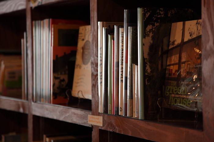 インテリア・旅・センス溢れる暮らしをテーマにした、本(和書&洋書)や雑誌がずらりと並び、まるで図書館のように自由に閲覧することができます。ナチュラル派に絶大な人気を誇る北欧の雑誌『KINFOLK』なども揃います。