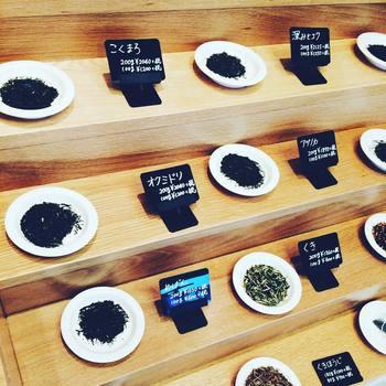 日本茶と一言で言っても、茶葉の色も香りも全然違うんですよ!サンプルがお皿に出してあるので、丁寧に比べてみたいですね。