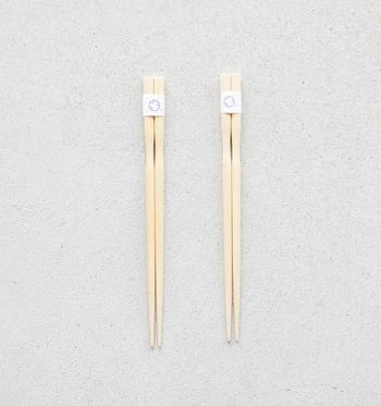 ヒバの無垢材を削り出して作ったヒバくびれ箸。一点一点丁寧に手作業で作らています。なお、こちらは二膳セットですので、プレゼントにもおすすめ。