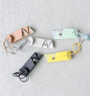 一枚の革を折りこんで生まれるこのキーホルダーのシリーズは、日本人ならではの発想とミニマムで洗練されたデザインが人気を博しています。 主張の激しくないナチュラル感漂う色使い。さりげなく上質なものを使う楽しみがあります。ユニセックスなデザインなので、ペアでも使えるのも魅力です。