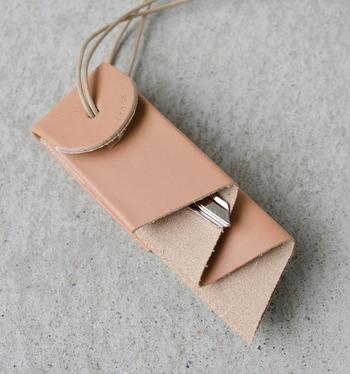 このカウレザーキーホルダーはオーロラをイメージしたユニークな形をしています。4つに折り畳まれた間に鍵を納めることができ、ネックレスのように首から下げたり、バッグの持ち手などに巻きつけられます。大事な鍵をバッグの中で迷子にさせない工夫と、ユーモアな構造ながらもシンプルなデザインが上品なアイテムです。