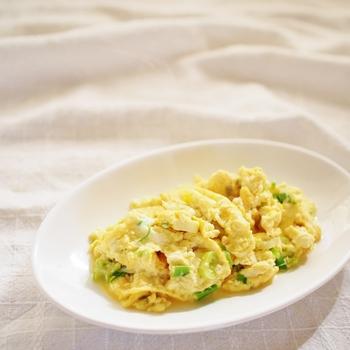 お豆腐とネギを使ったスクランブルエッグ。和風のスクランブルエッグは美味しそう!卵とお豆腐の相性は抜群ですから、美味しいこと請け合いです♪