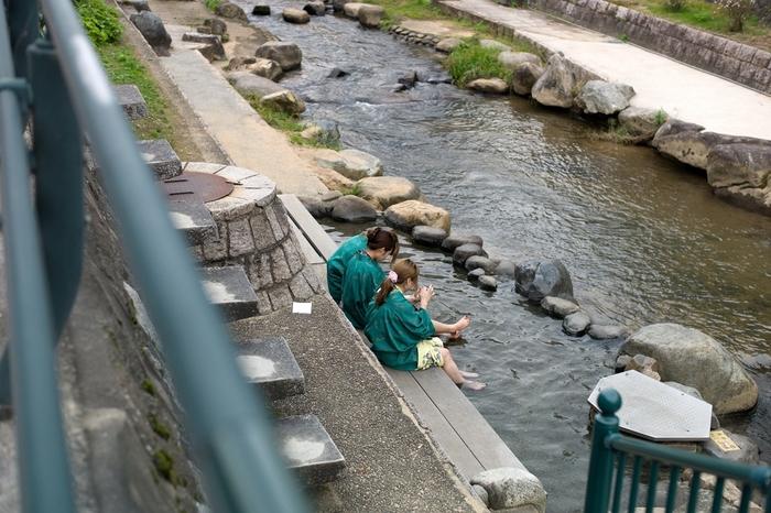 日本最古の玉造温泉は、その優れた効能から「神の湯」と呼ばれ、1300年も大昔からたくさんの人に親しまれてきました。 今では、その泉質がまるで化粧水のような美肌効果があることで人気となり、多くの女性客が訪れる人気の温泉街です。 無料の足湯や露天風呂、温泉をもとにした化粧品など、楽しめるスポットが沢山あり多くの女性客で賑わっています。日帰り温泉もでき、帰る頃にはお肌もツルツルすべすべになっているはず。
