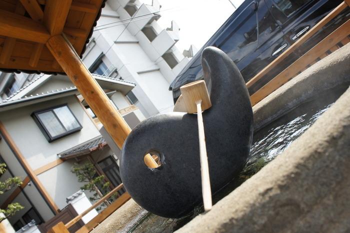 湯薬師広場のまがたまの下からは、温泉が湧き出ていて、こちらの温泉水をボトルに詰めて「美肌温泉ボトル(¥200)として持ち帰ることもできます。