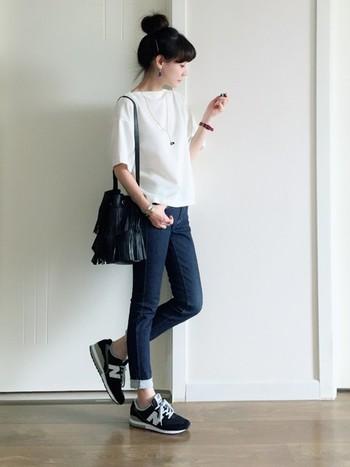 プチプラアイテムを使ったカジュアルコーディネート。デザイン性のあるバッグも、プチプラなら気軽にチャレンジしやすいですね。黒なら色んなファッションに合わせやすいですね。