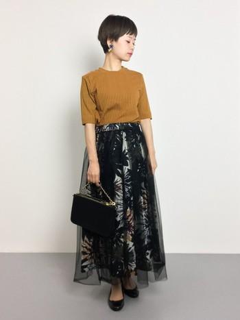 存在感のあるチュールスカートがとっても素敵。トップスのキャメルニットがシンプルなので、それぞれの良さを引き出しながら綺麗にマッチしています。秋のお出掛けにぴったりなスタイル。