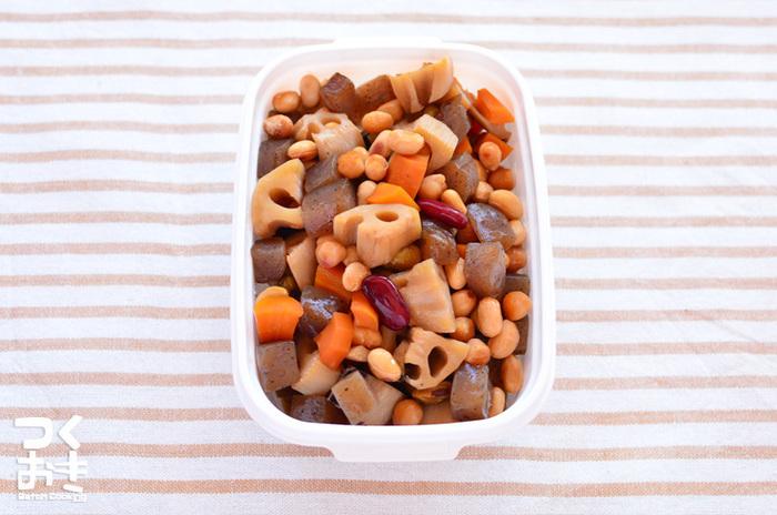 「乾燥豆を扱うのはハードルが高い」という場合は、水煮豆を使って。蓋をして、しっかり野菜の水分で蒸らしつつ、煮詰めて味を凝縮させて。出来立ても美味しいけれど、冷めると、味に深みが増します。
