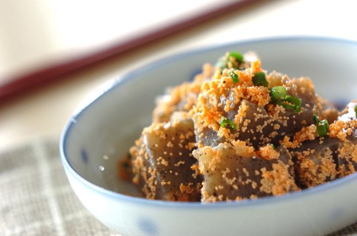 一口大に手でちぎったこんにゃくを明太子と炒りつけて、ピリ辛なおかず。ご飯もお酒も進む味。