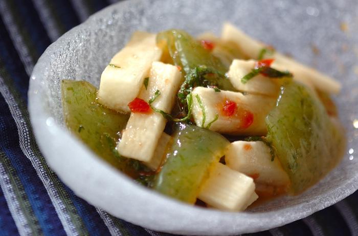 しょうゆベースのドレッシングに梅干しや大葉を加えて、刺身こんにゃく、長芋と和えます。爽やかな風味が癖になりそうです。
