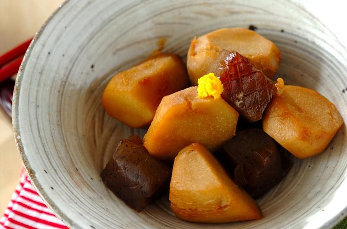 秋冬が旬の里芋。よく煮つけたものは、ねっとりとした舌触りがなんとも魅力的です。こんにゃくと組み合わせて、より豊かな味わいと食感を楽しみましょう。