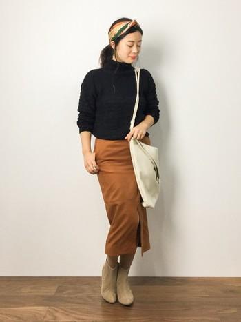 キャメルのロングタイトスカートは、それだけで大人っぽいアイテム。そこに黒ニットを組み合わせて更に大人な落ち着いた雰囲気を加えましょう。