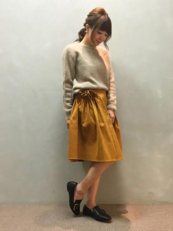 マスタードは、キャメルととても似ているカラーなので、ベージュと組み合わせるのがおすすめ。秋っぽさ全開のこのカラーは、メインになるように着こなしてみましょう。画像は、マスタードのギャザースカートが素敵な女の子らしいコーデ。