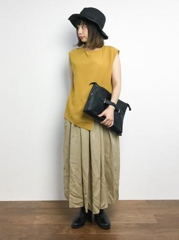 マスタードのノースリー×ベージュのロングスカート。どちらもシンプルながらデザインが効いていてとってもお洒落です。黒の小物でコーデを引き締め、シックな雰囲気も漂います。