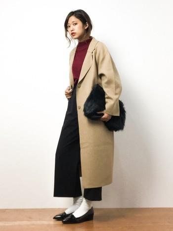 秋になるとコートの出番も増えてくるかと思います。格好良いベージュのロングチェスターの中に、ボルドーニットが顔を覗かせています。黒と白も上手く取り入れており、シックな装いが秋らしくて素敵ですね。