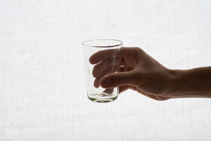毎日使うグラスだから、手に馴染むものを使いたい。「くるみガラス」は持ちやすく手にとても馴染み、口当たりも優しいグラスです。
