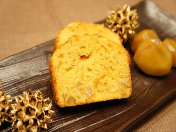 ゴロゴロっとした食感が贅沢な、栗のパウンドケーキ。 作り方は、材料を混ぜて焼くだけなので、あまり難しくないです。