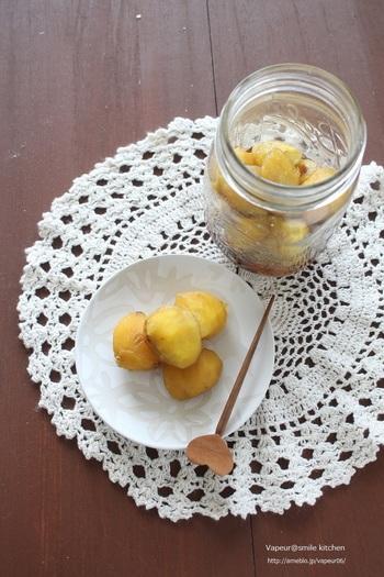 渋皮もむいて、綺麗な黄色に仕上がる栗の甘露煮のレシピです。 渋皮煮と同じで、保存がきくので作りおきのおやつとして良いですね。