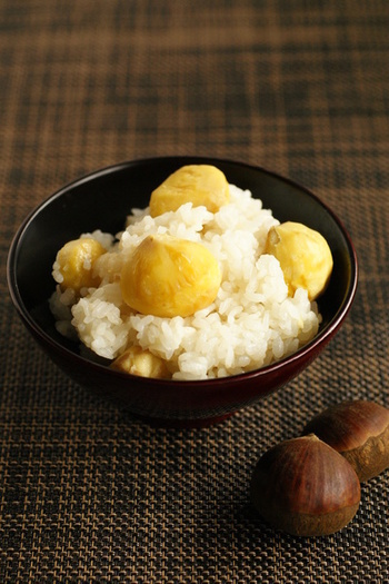 栗ごはんは、季節を味わうご飯として定番ですね!ほんのり甘い栗がごろんと入って美味しそう~♪