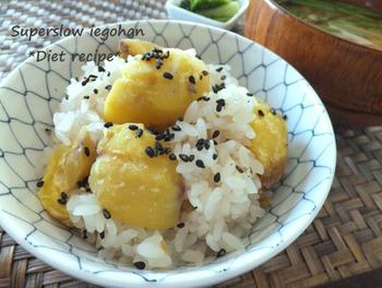 おこわとは、もち米を蒸したものです。 炊飯器でも作れますが、こちらは本格的に蒸して作るレシピです。 もっちり感が違います。 蒸し器がなくても鍋とざるを使って作ることができます。