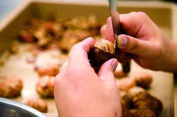 栗を調理するには、下準備が必要です。 硬い皮を剥くのは難しそうですが、コツがあるのでポイントをおさえればできちゃいます。