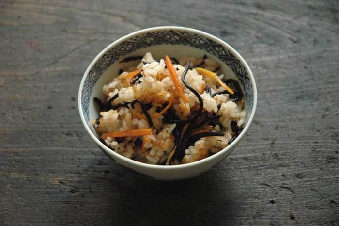 子供にも割と人気があるひじきご飯。ひじきの煮物をごはんに混ぜ込む作り方もありますが、こちらは、はじめからひじきを一緒に炊き込む、全体的に味がなじみやすいレシピです。
