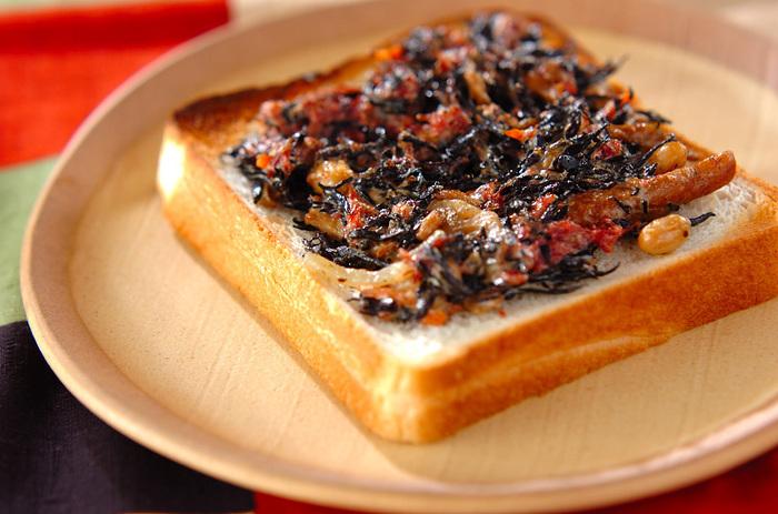 ご飯のイメージが強いひじきですが、実はパンとも相性が良いんです。ひじきの煮物とコンビーフで簡単にできるので朝食に栄養も豊富で良さそう。ひじきの煮物は市販のものでも◎です。