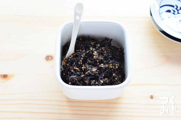 ひじき、梅、ゴマで作るご飯のおともにピッタリの簡単な梅ひじきは、一週間、冷蔵保存がきくので便利です。