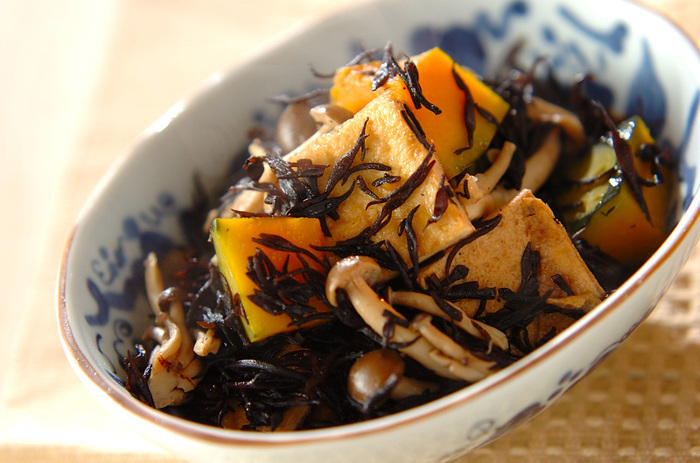 ひじき、カボチャ、きのこで作る煮物はボリューム満点で栄養も豊富。しかもレンジで簡単に作れるのも嬉しい忙しい方に嬉しい時短レシピです。