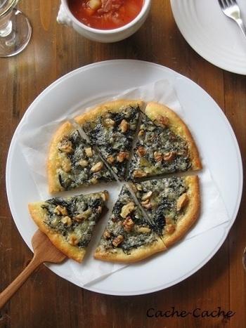 パンと相性の良いひじきはピザのトッピングにも良く合います。ひじき、くるみ、ゴルゴンゾーラで作るピザはハチミツをかけて召し上がれ♪デザート感覚のピザは、休日のゆったりブランチや、軽くワインを飲みたい時のおつまみにも良さそう。