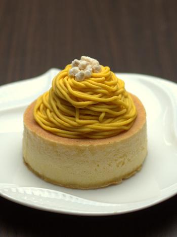 雪ノ下の、秋限定・かぼちゃのパンケーキは、ふんわりとしたかぼちゃ風味のパンケーキの上に、濃厚なかぼちゃクリームがたっぷりとのっています。濃厚ながらも控えめな甘さが特徴です。