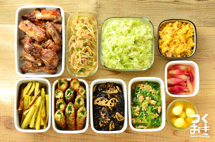 朝の身支度などで忙しい時間帯にお弁当を作る方も多いはず。少しでも時短するために常備菜を用意してみましょう。 でも、いきなりたくさんの常備菜を作るのも大変。簡単な煮物や和え物など、お弁当にちょっと加えるだけの簡単なモノから始めてみて。